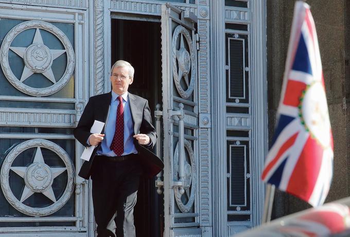 Laurie Bristow, ambassadeur d'Angleterre en Russie, quitte le siège du ministère des Affaires étrangères à Moscou, vendredi. Son ambassade devra réduire son personnel de 40%.