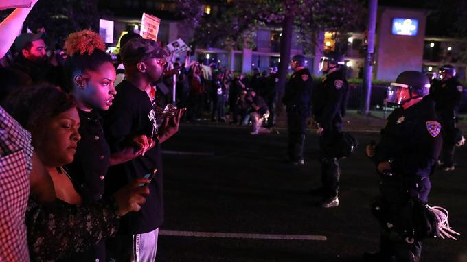 Munis de pancartes et scandant le nom de Stephon Clark, les manifestants se sont réunis devant l'hôtel de ville avant de parcourir les rues de la ville.
