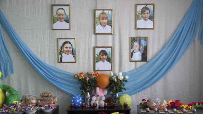 Les portraits de six élèves tuées dans l'incendie ont été affichés dans l'entrée de leur école à Treshchevsky.