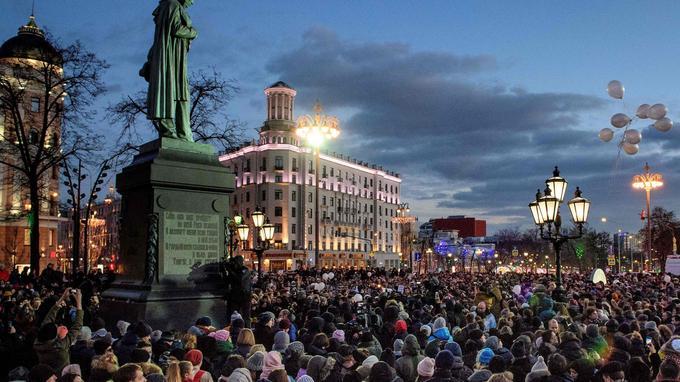 À Moscou, la capitale russe, près de 2000 personnes se sont rassemblées pour rendre hommage aux victimes.
