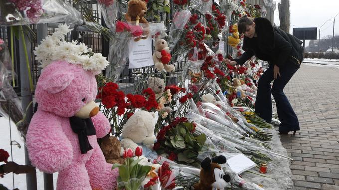 Des peluches et des fleurs ont été déposées devant l'ambassade de Russie en Ukraine où le drame a également eu un fort écho.