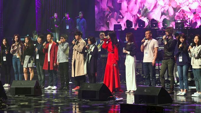 Une centaine d'artistes sud-coréens se sont produits sur la scène du grand théâtre de Pyongyang Est en Corée du Nord dimanche 1er avril 2018.
