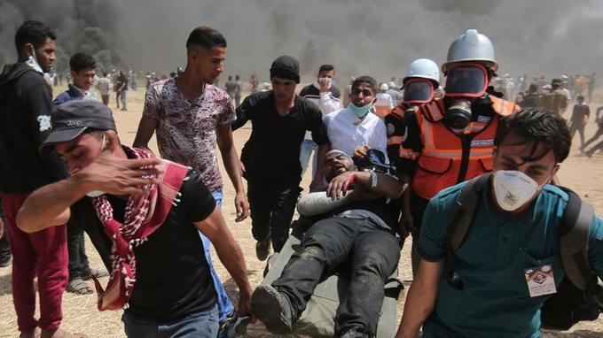 Les manifestants évacuent leurs blessés