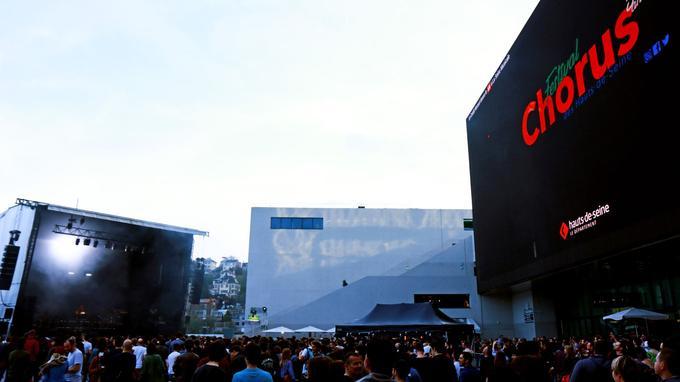 Le parvis devant la Seine musicale avec un écran géant extérieur de 800m2.