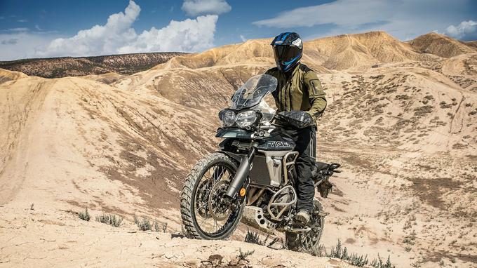Le Tiger 800 XCA n'est pas une moto d'enduro mais, plus léger qu'un maxi-trail 1200, il se montre plus facile à piloter en tout terrain.