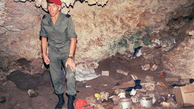 Le général Jacques Vidal inspecte la grotte de Gossanah.