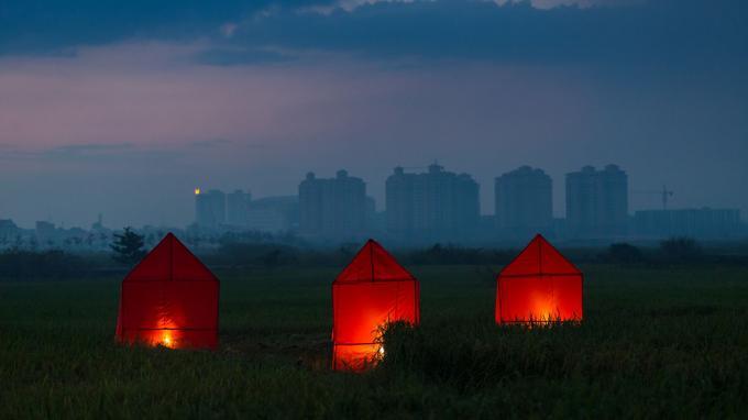 Né en 1979 au Laos, Bounpaul Phothyzan regarde la nature, dans une démarche proche du land art. Il était l'une des révélations du festival Photo Phnom Penh 2017.