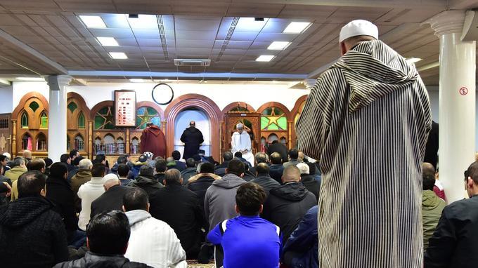 Des fidèles rassemblés dans une mosquée le vendredi.
