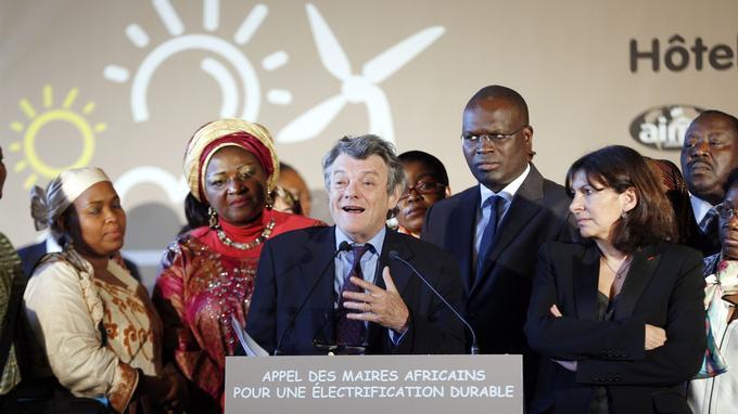 Aux côtés de la maire de Paris Anne Hidalgo et de celui de Dakar, Khalifa Ababacar, Jean-Louis Borloo présente sa Fondation Énergies pour l'Afrique le 17 avril 2015.