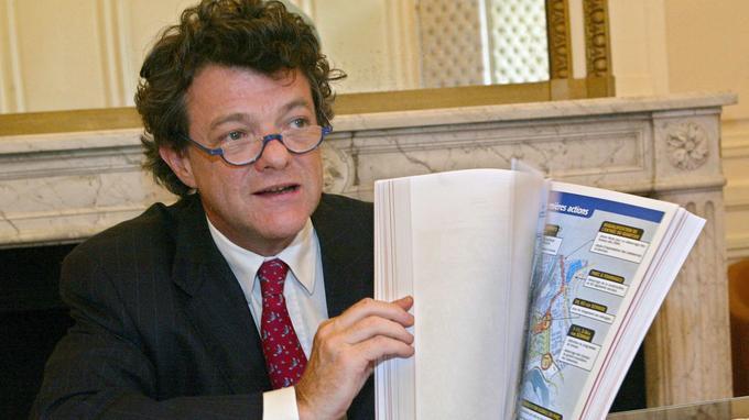 Le ministre délégué à la Ville le 18 juin 2003, présentant sa loi de programmation pour la rénovation urbaine.