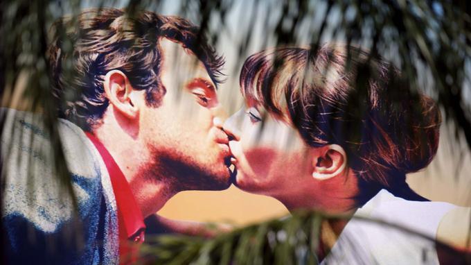 L'affiche du Festival, le baiser de Jean-Paul Belmondo et Anna Karina, tirée de <i>Pierrot le fou</i> de Jean-Luc Godard, est hissée depuis dimanche sur le Palais des festivals.