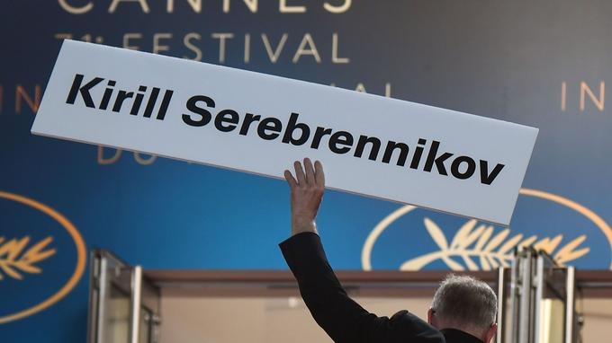 Thierry Fremaux brandit la pancarte en soutien à Kirill Serebrennikov, assigné à résidence à Moscou.