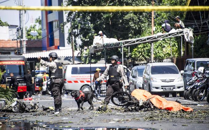 La police examine l'extérieur de l'église pentecôtiste du centre de Surabaya, où une bombe a explosé ce dimanche.