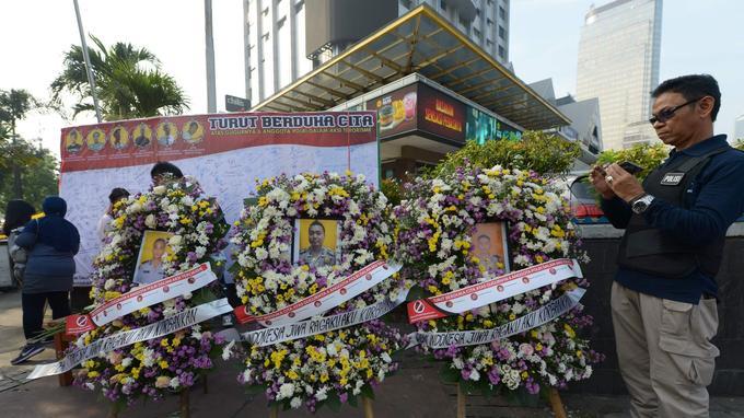 Des Indonésiens rendaient aujourd'hui hommage à leurs proches morts lors d'une émeute en prison qui a causé la mort de cinq policiers et d'un détenu à Jakarta.