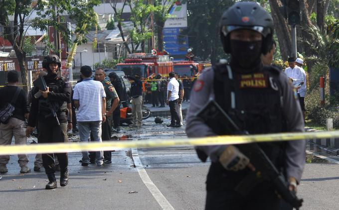 La police surveille les alentours des églises de Surabaya, où trois bombes ont explosé ce dimanche.