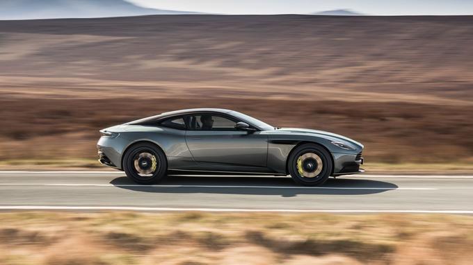 Avec 630 chevaux, 334 km/h en pointe et un 0 à 100 abattu en moins de 4 secondes, l'AMR est une GT au tempérament sportif.