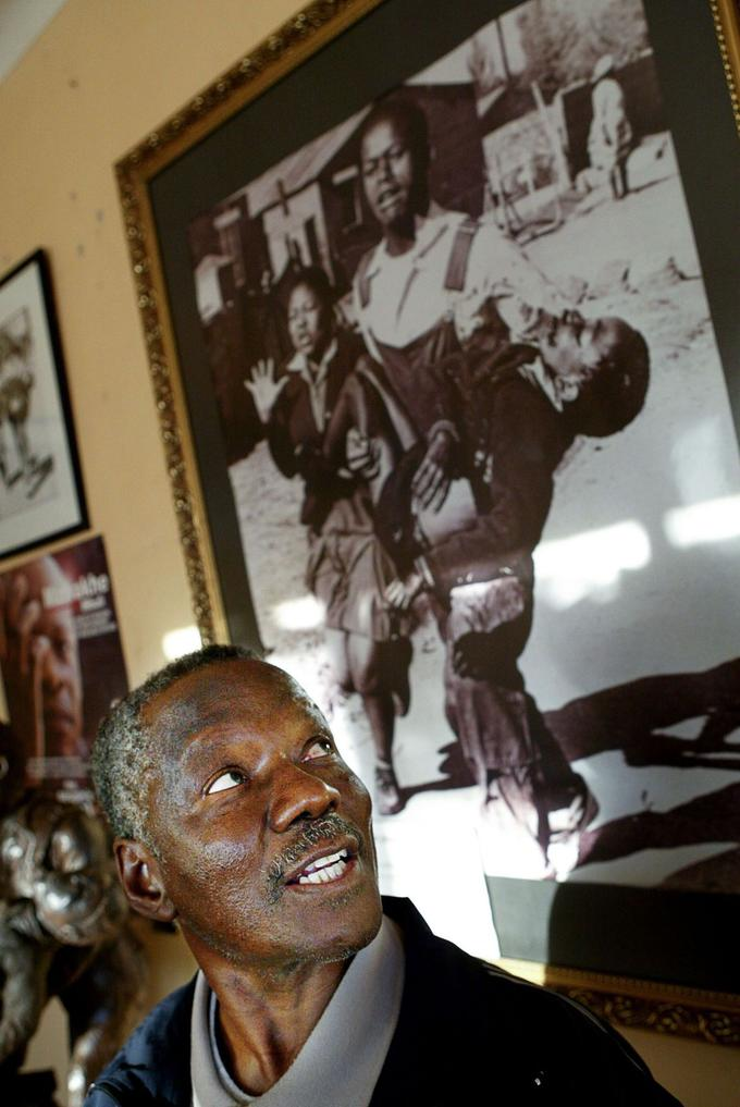 Depuis le village de Lillydale, en 2006, le photojournaliste sud-africain Sam Nzima montre sa photo phare prise en 1976 à Soweto.