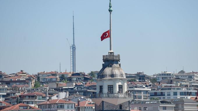 Le drapeau turc en berne à Istanbul.