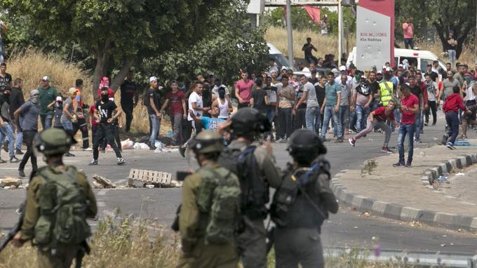 Les manifestants palestiniens font face aux soldats israéliens à Naplouse, en Cisjordanie.