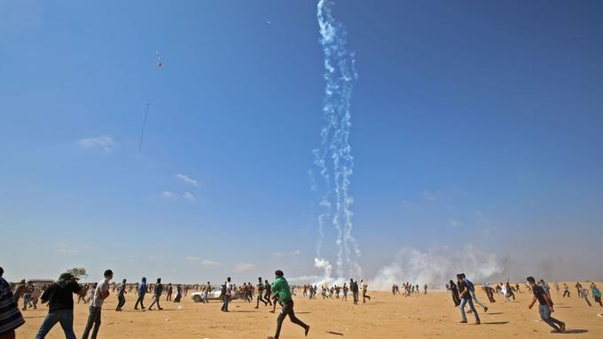 Des gaz lacrymogènes sont envoyés par les forces israéliennes, près de la frontière dans la bande de Gaza.