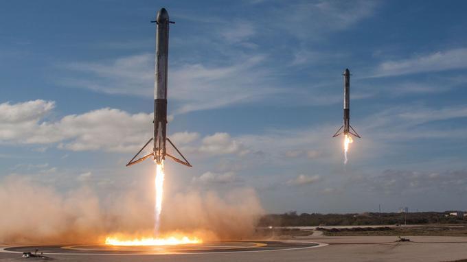 Les pieds et les grilles de contrôle aérodynamiques (grid fins en anglais) sont visibles sur les deux boosters sur ce cliché de l'atterrissage simultané quelques minutes après le lancement de Falcon Heavy le 6 février 2018.