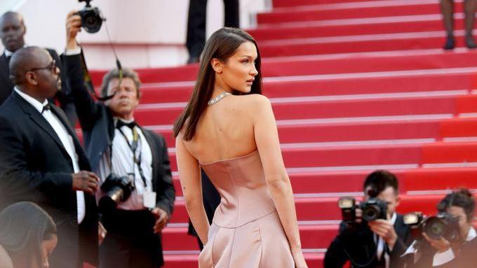 La jeune top model a fait sensation dans sa robe bustier en satin signée Dior.