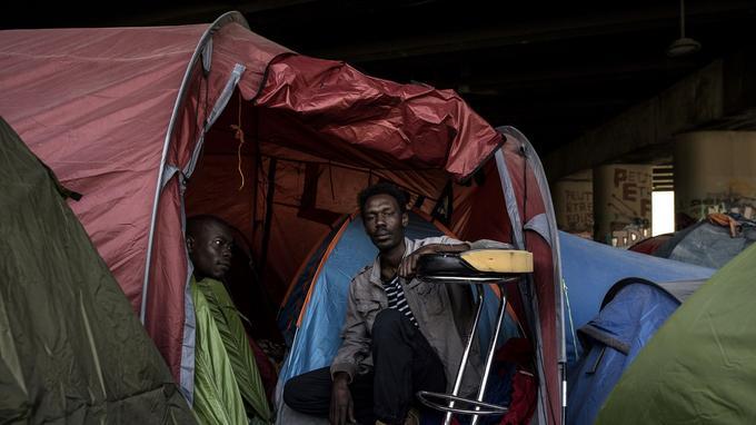 Un migrant dans un camp à Porte de la Vilette à Paris.