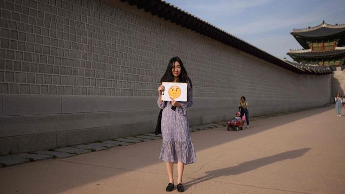 Kim Do-yun, 22 ans, a choisi le visage qui se pose des questions.