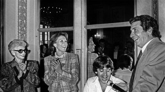 Paulette Coquatrix et sa fille Patricia écoutant Gilbert Bécaud et Yves Duteil au ministère de la Culture le 21 avril 1988. Ce jour-là, mère et fille reçurent les insignes de Chevalier dans l'Ordre National du Mérite et Chevalier des arts et lettres.