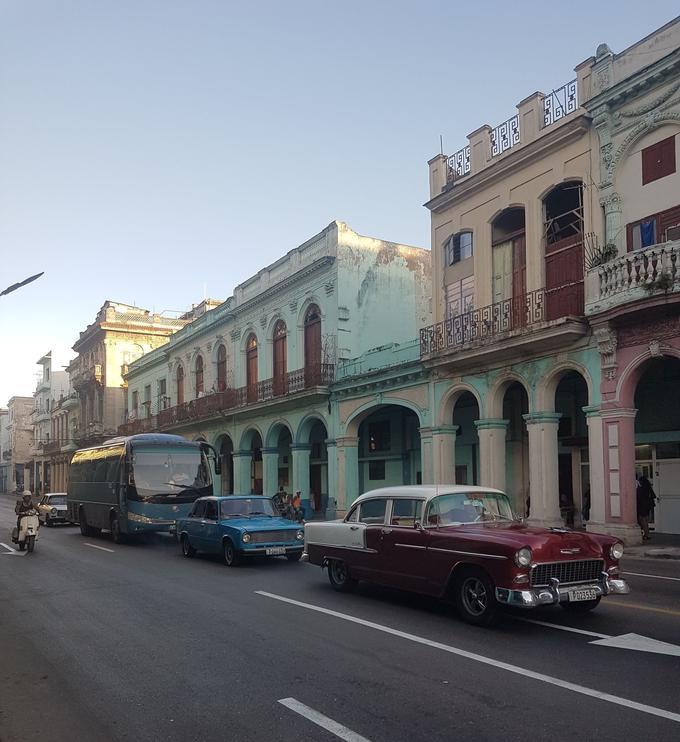 Dans les rues de La Havane, les cars de touristes côtoient les anciennes Chevrolet