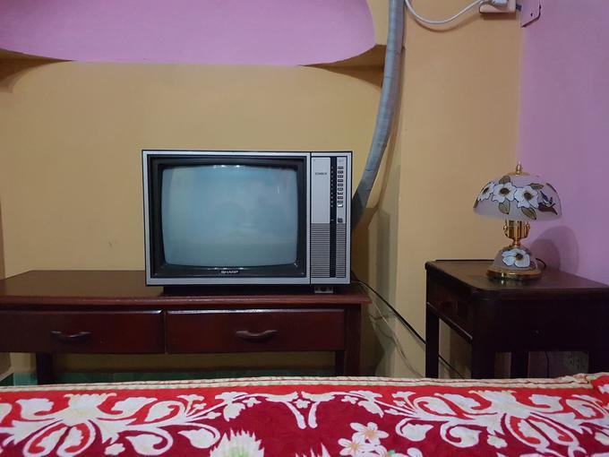 Une TV noir&blanc et du vieux mobilier à La Havane