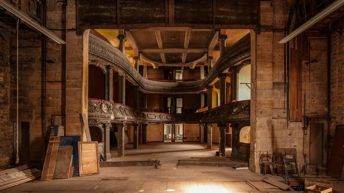 Intérieur du théâtre des Bleus de Bar vu depuis la scène.