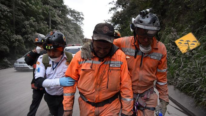 Des secouristes rentrent des zones sinistrées, dimanche.