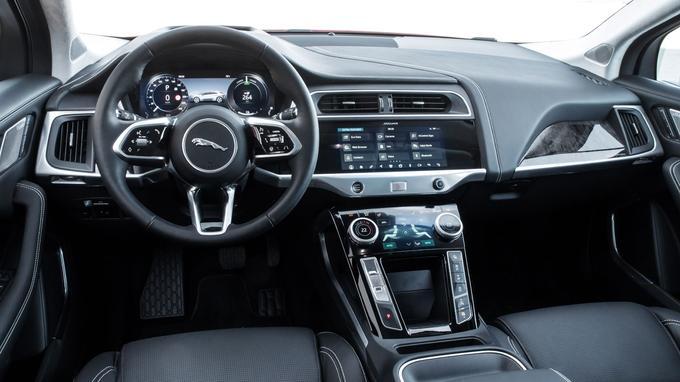 L'aménagement intérieur reste classique. La i-Pace intègre un affichage numérique et deux écrans superposés sur la façade centrale. Les boutons de la transmission sont positionnés sur le montant gauche de l'arche centrale.