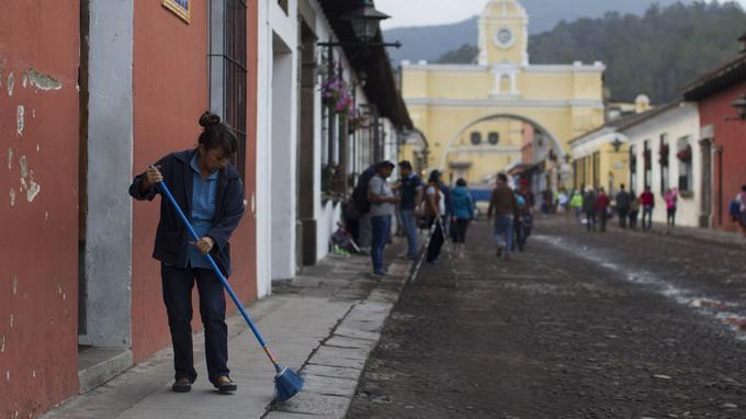 La ville coloniale d'Antigua a été recouverte de cendres.
