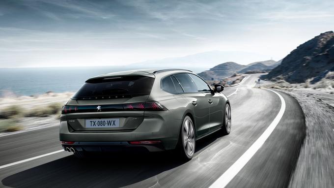 Comme sur la Porsche Panamera Sport Turismo, un bandeau de feux à LED court sur toute la largeur de la carrosserie. .