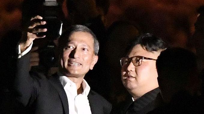 le ministre des Affaires étrangères de Singapour, Vivian Balakrishnan, a tweeté un selfie de lui avec Kim Jong-un, tout sourire, lors de la visite.