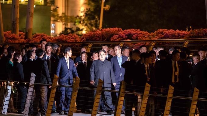 Kim Jong-un très entouré au jardin botanique de Singapour.