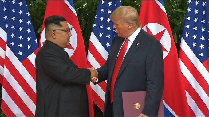 Durant la rencontre, les deux hommes se sont plusieurs fois serré la main et se sont montrés plutôt tactiles, l'un n'hésitant pas à passer sa main sur le bras ou dans le dos de l'autre.