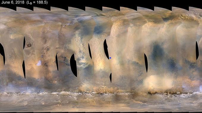Sur cette vue composite de Mars prise le 6 juin 2018 par la sonde MRO de la Nasa, la tempête de sable est visible comme une large zone claire au centre, autour de la position d'Opportunity (point bleu).