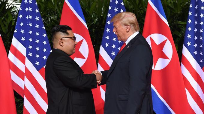 Figée, la poignée de main, moment tant redouté des hommes politiques rencontrant Donald Trump, a duré un peu plus de dix secondes.