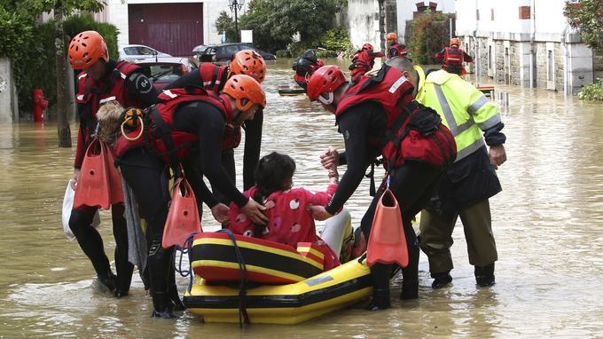Des personnes évacuées sur des canots de sauvetage à Salies-de-Béarn.