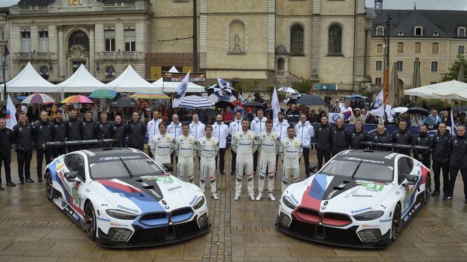 Les deux Série 8 GTE officielles engagées aux 24 Heures du Mans 2018 prennent la pose avec l'équipe.