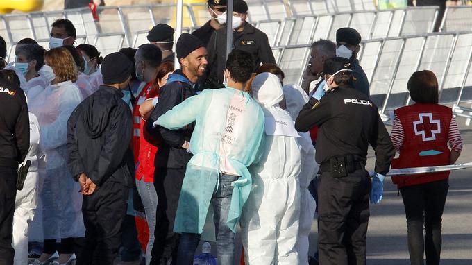 Les migrants sont examinés par des équipes médicales.