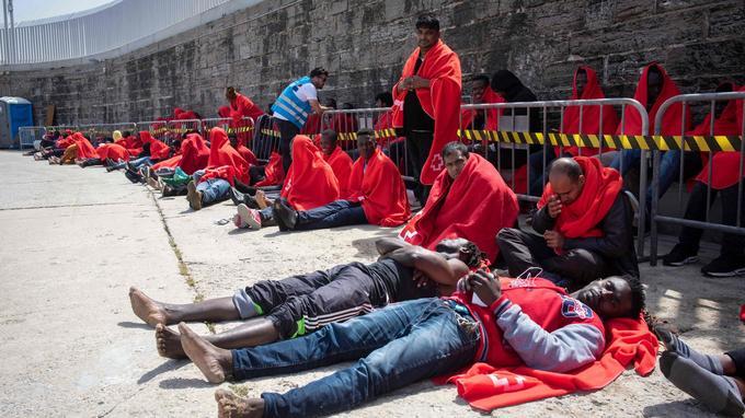 Des migrants attendent d'être pris en charge par la Croix-Rouge sur le port de Tarifa, en Espagne, ce samedi.