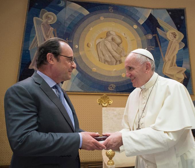 Échange de cadeaux entre François Hollande et le pape François, en août 2016
