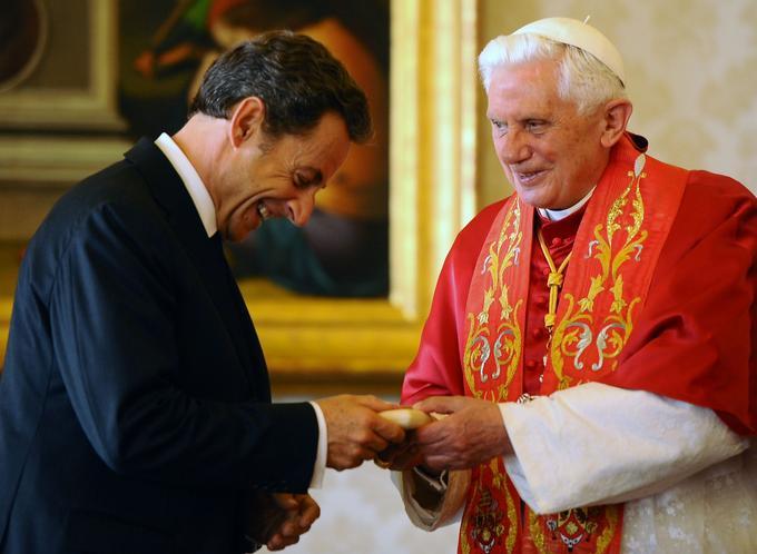 Nicolas Sarkozy se voit remettre un chapelet par Benoît XVI en octobre 2010