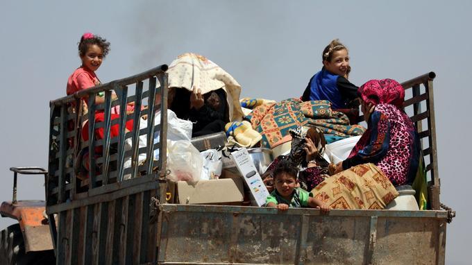 Une famille syrienne fuit les bombardements à bord d'un camion dans la province de Deraa, le 22 juin 2018.