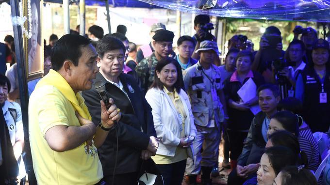 Le premier ministre thaïlandais Prayut Chan-O-Cha informe les familles sur l'avancée des recherches.
