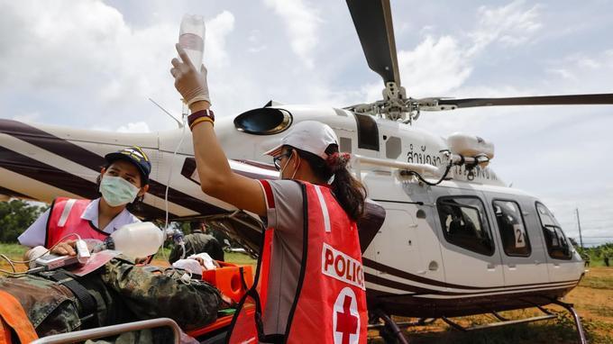 Les secouristes lors de leur exercice d'évacuation.